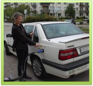 Gästproffessor Doreen Stabinsky tankar den ombyggda bilen med biogas! Foto: Isak Stoddard