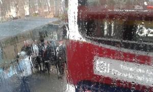 Strilande regn på Princess Street, Edinburgh. Foto: AnnVixen
