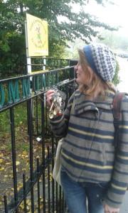 """Evie med nycklarna till """"The Community Croft"""" och de hemliga trädgårdarna i Leith. Foto: AnnVixen"""