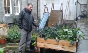 Eric visar hur en urban odling kan lyfta en bakgård i betong. Foto: AnnVixen