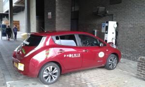 Phoenix Taxi står snabbladdparkerad på universitetsområdet i Newcastle. Foto: AnnVixen