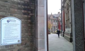 Ingången till universitetet i Newcastle. Foto: AnnVixen