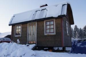 Hus på hjul, boyta 17 kvadrat plus sovloft, har plåttak och är ekologiskt isolerat, byggkostnad 80 000 kronor. Foto: Agata Mazgaj