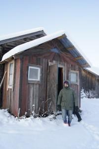 Markus visar oss utedasset på Flurlundargård, som byggdes av spillved. Foto: Agata Mazgaj