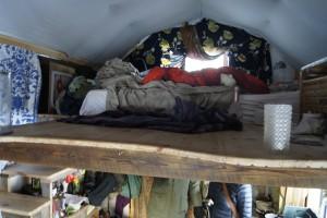 Ett mezzanini sovloft ger mer boyta när man lever på 15 kvadrat! Foto: Agata Mazgaj