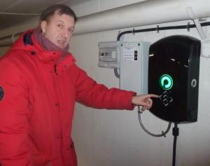 Johan Seuffert visar en del av induktionsladdningutrustniningen. Foto: AnnVixen