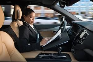 Läs ett dokument när bilen kör dig mot jobbet. Foto: Volvo Cars